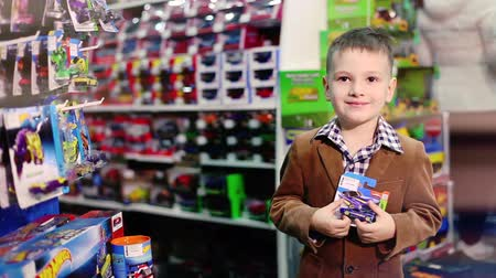zabawka : The boy in the store toys