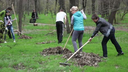 lixo : Melitopol. Ukraine - April 12, 2016: People clean in a city park.