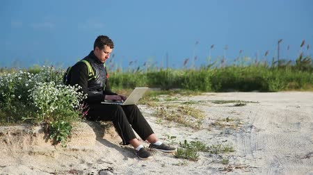 yazarak : Young man on trip with modern laptop by the sea