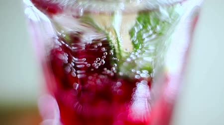 нечеткий : Closeup of soda water and bubbles