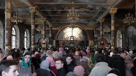 domingo : KYIV, UKRAINE, APRIL 2018. Kiev-Pechora Lavra, the celebration of Orthodox holidays. Palm Sunday. Easter. A crowd of people in an Orthodox church