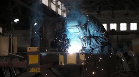 pracownik budowlany : Welders working at the factory made metal. Slow motion