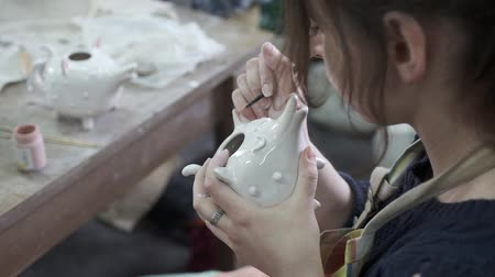 çamur : A woman is decorating a pot Stok Video