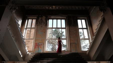 abandonar : A young woman is turning round on the stair. Slow motion Stock Footage