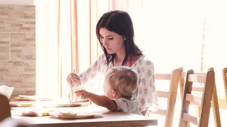 nem sikerül : A loving and caring mother tries to feed her child. As soon as she fails, she eats something herself.