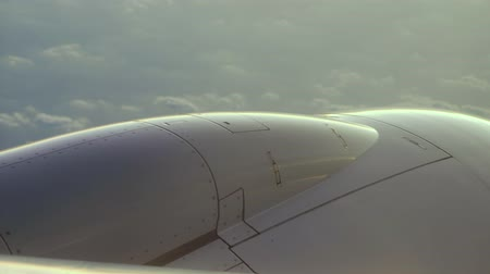 stabilizátor : close view out off airliner glazing window on aircraft engine nacelle against cloudy sky downwards