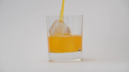 citrusové plody : Pouring orange juice.
