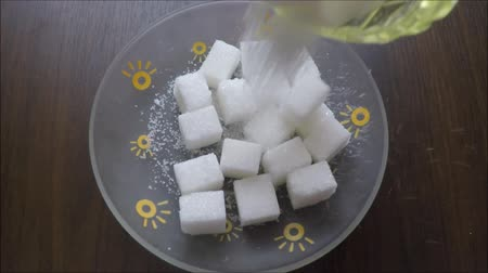miska : White sugar filled in a small square saucer Wideo
