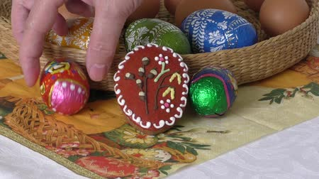 pralina : Chocolate easter eggs in a wicker basket