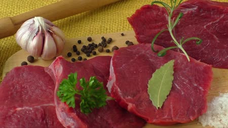 говядина : Raw beef meat on a cutting board
