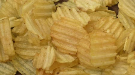 brambory : Rippled potato chips on a wooden background
