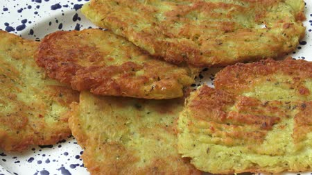 оладья : Fried pancakes from the potatoes on the plate