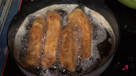 apetitoso : Schnitzel fried in olive oil in a frying pan