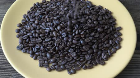 koffie verkeerd : Medium quality coffee beans. The process of drying coffee beans is not good Stockvideo