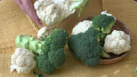 karnabahar : Fresh organic cauliflower and broccoli Stok Video