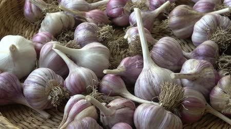 корзина : Fresh garlic in small basket Стоковые видеозаписи