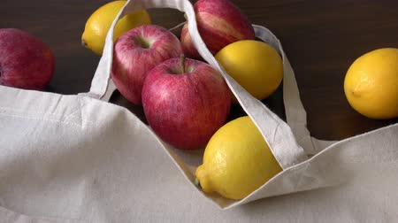 reutilizável : Eco bag with fruits. Zero Waste Use Less Plastic Concept. Fresh organic fruits in cotton fabric on wooden table