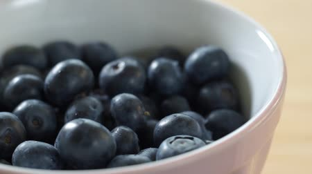 jagoda : Blueberries fall on a plate. Sweet juicy berries. Healthy eating.