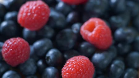 açucarado : Raspberry and blueberry berries close up. Healthy nutrition. Vídeos