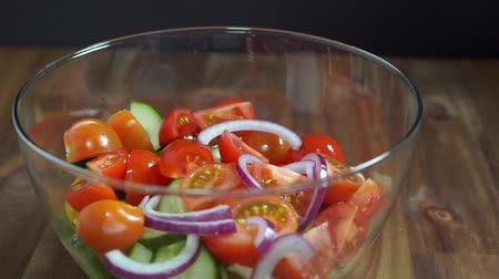 Add onions to a vegetable salad. Healthy eating. Vídeos
