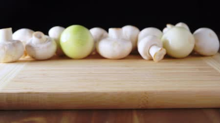 White mushrooms on a cutting board. Vídeos