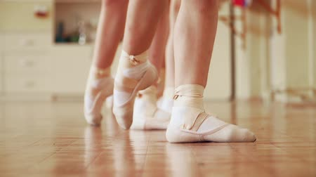 balerína : The children study ballet. Feet in Pointe shoes close-up. Slow motion.