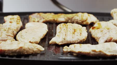специи : Preparation of fried meat. cook closes the electric grill. Steaks pork and beef. Close-up