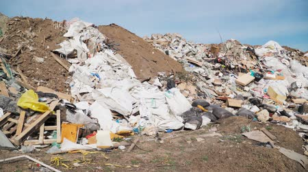 reutilizável : Big piles of garbage. Empty bottles, plastic in the waste dump. ecological disaster. environmental pollution