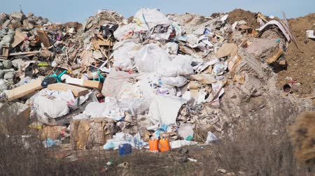 reutilizável : Big piles of garbage. Empty bottles, plastic in the waste dump. Pollution concept. Garbage heap in trash junkyard or landfill. Shooting on the steadicam Stock Footage