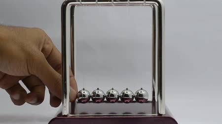 fizik : newtons cradle Stok Video