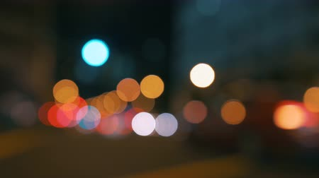 фокус : Real camera bokeh blurry out of focus of a busy city street with traffic lights and cars passing by. Has a distinct film look and works well as a background abstract.  Could be any major city like New York Los Angeles London Paris Berlin Sydney Singapore