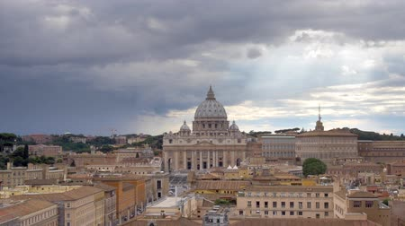 watykan : A wide shot of The Vatican City and St. Peter's Basilica (cathedral) with the epic dome. Dramatic clouds within Rome, Italy.