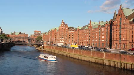 cegła : Sightseeing boat on the canal in Speicherstadt warehouse district of Hamburg, Germany