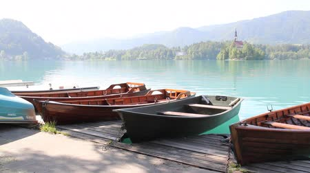 slavný : BLED, SLOVENIA - MAY 24, 2014: Boats at Bled lake, popular tourist destination in Slovenia Dostupné videozáznamy