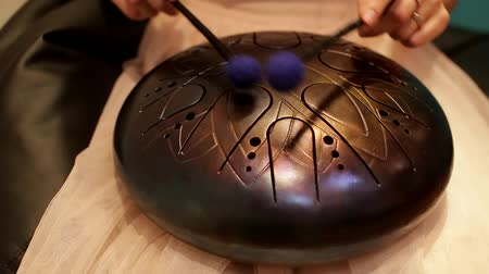 барабаны : playing on the steel tongue drum