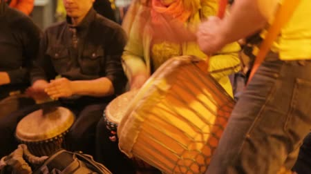 festivais : people are playing on drums and dance