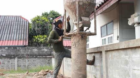 perfuração : NAKHONRATCHASIMA, THAILAND - SEPTEMBER 3, 2015: How concrete piling depth of 5 meters. Nakhon Ratchasima Thailand.