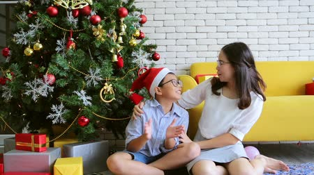 караоке : Merry Christmas Sister and brother sitting singing on holiday