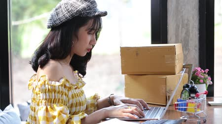 kézbesítés : Asian young woman start up small business SME or freelance working at home