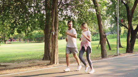 casal : Sport couple running in park, Living healthy active lifestyle