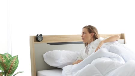 ébredés : Attractive woman sleeping on bed in bedroom