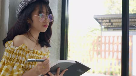 planlamacı : Beautiful Asian Young Woman Standing Reading On Book Stok Video