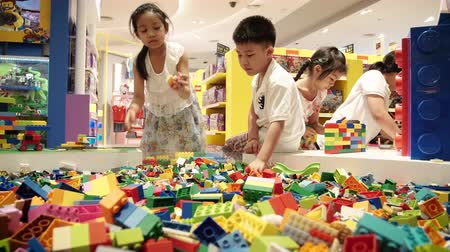 nakrycie stołu : NAKHONRATCHASIMA, THAILAND - MAY 1, 2019:Time lapse Close up childs hands playing with a small lego bricks