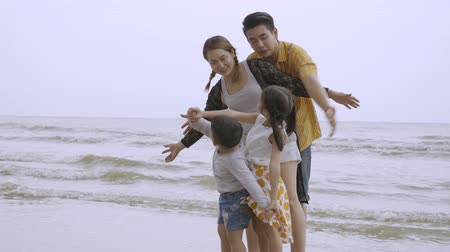 экзотичность : Asian family concept summer holiday travel to beach