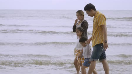 famiglia spiaggia : Asian Family Love Walking On The Beach Filmati Stock