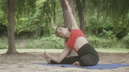 retiro espiritual : Asian woman practicing yoga in forest on beach, Healthy active lifestyle concept