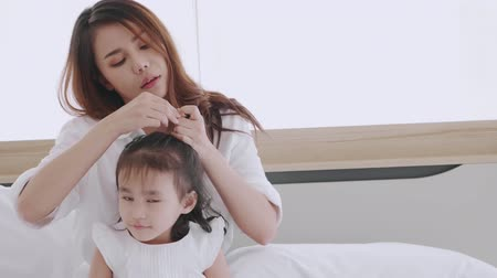 átalakítása : Asian mother makes her daughters hair in bedroom