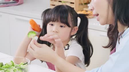délkelet Ázsia : Asian mother teaching her daughter try to learn cooking at kitchen, Together family concept