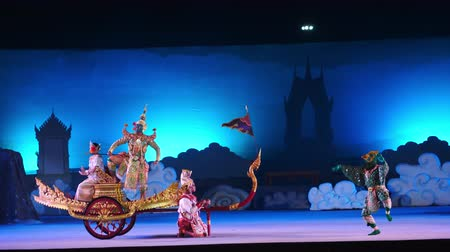 siamês : NAKHONRATCHASIMA, THAILAND - DECEMBER 8, 2019:Thai masked dance drama called Khon performed Thai Cultural Show outdoor on-site stage performance Stock Footage