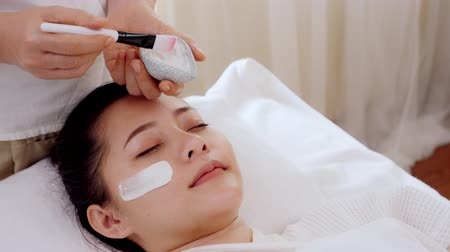 лицевой : Asian women relax while receiving facial care by applying facial mask with cream,Spa on face